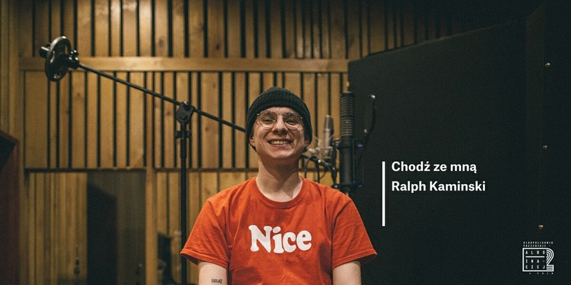 """""""Chodź ze mną"""" to kolejny utwór z płyty """"Albo Inaczej 2"""", w którym młodzi polscy artyści interpretują hip-hopowe klasyki. Kawałek Eldo wykonał Ralph Kaminski."""