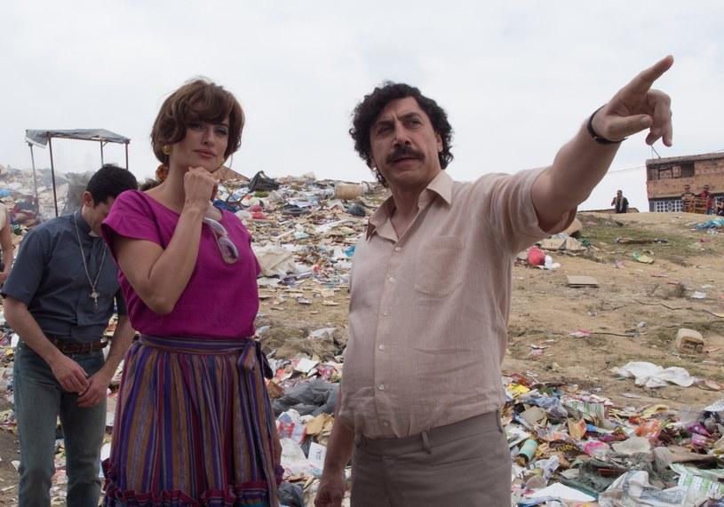 """""""Kochając Pabla, nienawidząc Escobara"""" to sensacyjna ekranizacja bestsellerowego pamiętnika autorstwa Virginii Vallejo - kochanki Pabla Escobara, czyli człowieka uznawanego za najpotężniejszego i najokrutniejszego barona narkotykowego wszech czasów. W rolach głównych zdobywcy Oscarów - Javier Bardem i Penélope Cruz. Ta aktorska para z prawdziwego życia wystąpiła wspólnie na wielkim ekranie po raz pierwszy od 10 lat, kiedy to w kinach pojawił się pamiętny film Woody'ego Allena """"Vicky Cristina Barcelona""""."""