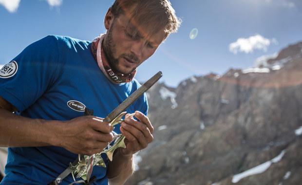 """""""Jest intensywnie, ale generalnie nastroje są dobre"""" - mówi w rozmowie RMF FM Andrzej Bargiel tuż przed kolejną wyprawą na K2. Narciarz ekstremalny i himalaista już w piątek leci do Pakistanu, aby dokończyć ubiegłoroczny projekt Sunt Leones K2 Ski Challenge. Jego celem jest wejście i zjazd na nartach z drugiego pod względem wysokości szczytu Ziemi - K2 (8611 m). Wcześniej zamierza zdobyć inny ośmiotysięcznik - Gaszerbrum II (8035 metrów). Do ekipy dołącza Janusz Gołąb. """"To jest bardzo fajne, bo ma bardzo duże doświadczenie, jest jednym z najlepszych wspinaczy w Polsce"""" – powiedział Bargiel naszemu dziennikarzowi Grzegorzowi Kwolkowi."""
