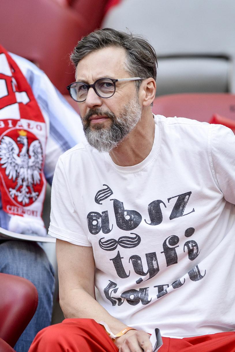 Szymon Majewski podkreśla, że z jednej strony śmieszą go te szczegółowe doniesienia dotyczące przygotowań polskiej reprezentacji do zbliżających się rozgrywek, a jednocześnie sam daje się ponieść przedmundialowej gorączce.