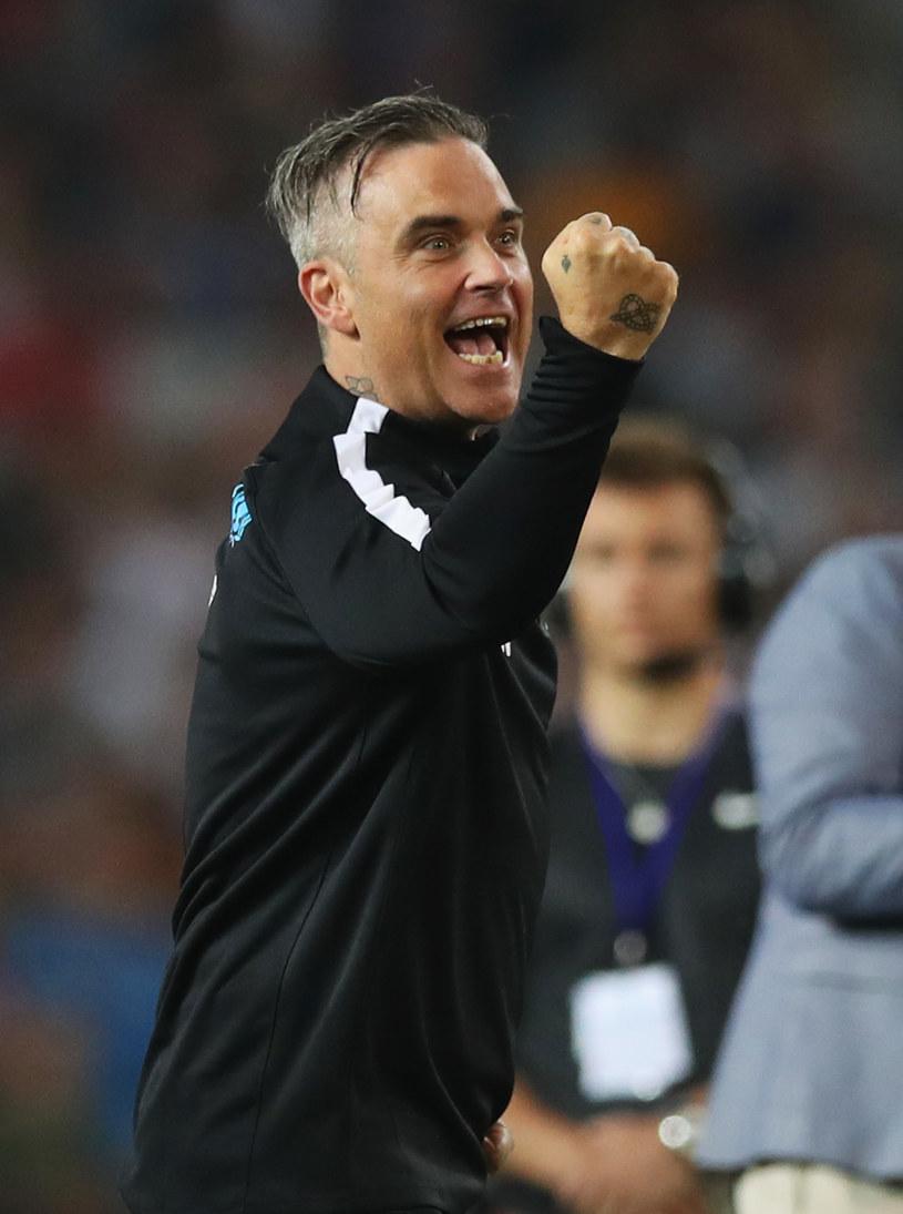 Robbie Williams będzie muzyczną gwiazdą, która otworzy Mistrzostwa Świata w Piłce Nożnej 2018 w Rosji, jednak nie wszystkim ten fakt przypadł do gustu. Brytyjscy politycy są zdania, że wokalista sprzedał się Władimirowi Putinowi.