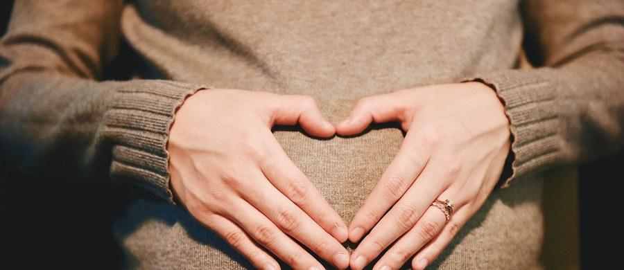 Spodziewasz się dziecka? Ciąża to niestety nie tylko radosny czas oczekiwania na narodziny, ale także często przykre dolegliwości, które spędzają sen z powiek przyszłym mamom. Wiele ciężarnych zwłaszcza w pierwszym trymestrze ciąży cierpi na przewlekłe zaparcia. Zmiany hormonalne, które zachodzą w organizmie mogą powodować problemy z regularnym wypróżnianiem. Na szczęście drobna modyfikacja jadłospisu i większa ilość płynów zwykle pomaga uporać się z problemem.