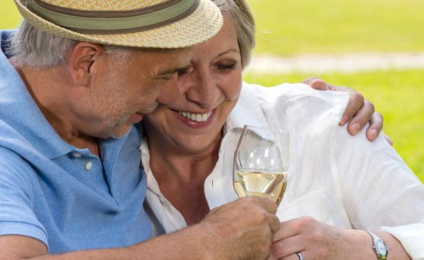 Aktywne życie uczuciowe i picie czerwonego wina - to tylko niektóre czynności pomagające zachować młodość po 65. roku życia. Listę czynności wspomagających młodość ustalono według ankiety. Przeprowadzono ją wśród 1,5 tys. Brytyjczyków. Do sposobów na zachowanie młodości zaliczono: pozytywne myślenie, spędzanie czasu z rodziną oraz sen. Zdaniem ankietowanych warto także próbować nowych zajęć, rozwiązywać łamigłówki i zastanowić się nad posiadaniem czworonożnego przyjaciela. Koty i psy znacznie poprawiają nasze samopoczucie i dodają nam skrzydeł - twierdzą Brytyjczycy. Ważne jest też posiadanie hobby.