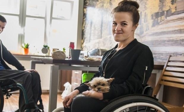 """W Koninie działa Akademia Życia. Przyjeżdzają do niej niepełnosprawni z całej Polski. Wielu z nich jest po poważnych wypadkach. W akademii uczą się życia – czynności, dzięki, którym mogą stać się samodzielni, odzyskać energię i chęć do działania. """"Jedna z absolwentek założyła rodzinę i przyjeżdża do nas w odwiedziny ze swoją cudowną córeczką"""" - mówi prezes Funcjacji """"Podaj Dalej"""" Zuzanna Janaszek Maciaszek."""