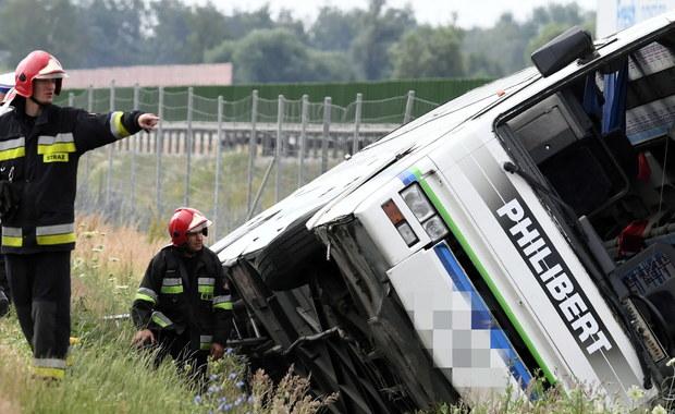 Prokuratura Rejonowa w Aleksandrowie Kujawskim (Kujawsko-Pomorskie) bada sprawę poniedziałkowego wypadku autokaru na drodze krajowej nr 91, w którym zginęły 2 kobiety. Jedną z możliwych przyczyn katastrofy, która brana jest pod uwagę, to awaria pojazdu.