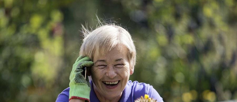 """Jeśli wciąż nie możemy znaleźć eliksiru młodości, to może przyda nam się wiadomość, że niemieccy naukowcy znaleźli... białko starzenia się. Jak pisze w najnowszym numerze czasopismo  """"FEBS Letters"""", badacze z German Cancer Research Center (DKFZ) w Heidelbergu zidentyfikowali białko, które decyduje o długości życia najróżniejszych organizmów, od muszek owocowych, po człowieka. To nowa szansa na skuteczniejsze terapie związanych z procesem starzenia się chorób, a może i... wydłużanie życia. Problem w tym, że białko jest potrzebne, nie można go ot tak po prostu zablokować..."""