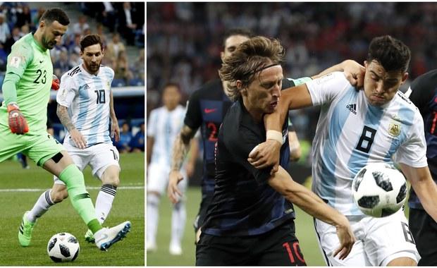 Ten pojedynek był mundialowym szlagierem: na stadionie w Niżnym Nowogrodzie zmierzyły się reprezentacje Argentyny i Chorwacji! Na pierwszą bramkę musieliśmy poczekać aż do 53. minuty: Gabriel Mercado wycofał do bramkarza Wilfredo Caballero, a ten... odegrał wprost do Ante Rebicia! Chorwat się nie pomylił i pięknym uderzeniem z półwoleja umieścił futbolówkę w bramce! W 80. minucie na listę strzelców wpisał się Luka Modrić: na 2:0 podwyższył fenomenalnym uderzeniem z dystansu! Z kolei już w doliczonym czasie gry, po zręcznym rozegraniu i błędach Argentyńczyków, Ivan Rakitić ustalił wynik na 3:0! To drugie zwycięstwo Chorwatów na rosyjskim mundialu, w dorobku mają więc komplet 6 punktów. Sensacją jest natomiast postawa Argentyńczyków, którzy z jednym punktem na koncie są w tej chwili o krok od pożegnania z mistrzostwami!