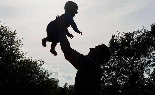 W sobotę obchodzony jest w Polsce Dzień Ojca. Z danych GUS wynika, że średni wiek mężczyzny w momencie urodzenia dziecka to 33 lata. Specjaliści podkreślają, że model ojcostwa w Polsce zmienia się na bardziej zaangażowany.