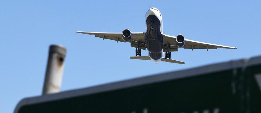 Brytyjski parlament zatwierdził plan rozbudowy londyńskiego lotniska Heathrow o trzeci pas startowy. Media odnotowały, że na poniedziałkowym głosowaniu zabrakło szefa MSZ Borisa Johnsona, który wielokrotnie zapowiadał sprzeciw wobec tego projektu.