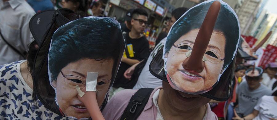 1 lipca mija 21 lat od przyłączenia Hongkongu do Chin. Z tej okazji na placu Złotej Bauhinii zorganizowano ceremonię podniesienia flagi. W oficjalnych uroczystościach wzięły udział obecne i poprzednie władze regionu oraz zwolennicy przyłączenia Hongkongu do Chin. W dniu obchodów rocznicy odbywa się jednak także wielotysięczny marsz demokratyczny zorganizowany przez środowiska opozycyjne - żądające dla Hongkongu politycznej autonomii.