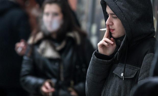 """Osoby, które rzuciły nałóg palenia, poza fizjologiczną reakcją organizmu mogą mieć dodatkową, psychologiczną motywację, by do niego wrócić - twierdzą na łamach czasopisma """"Journal of Substance Use"""" naukowcy z University of East Anglia. Ich zdaniem, rozstanie z nałogiem zmienia społeczne zachowania palacza, do pewnego stopnia zakłóca jego tożsamość. W zwiazku z tym pojawia się pokusa, by do pewnych towarzyszących paleniu zachowań wrócić. To zwieksza ryzyko powrotu także do samego nałogu."""