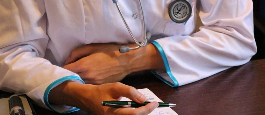 """16 z 20-minutowej wizyty przeciętnie przeznacza lekarz na czynności organizacyjne takie jak wypisanie recepty, zwolnienia, zapoznanie się z historią choroby i wynikami. To oznacza, że na zbadanie pacjenta zostaje mu około 4 minut – to wniosek z raportu """"E-zdrowie oczami Polaków"""". O doświadczenia związane z wizytą w lekarskim gabinecie zapytano tysiąc osób, lekarzy i pacjentów."""