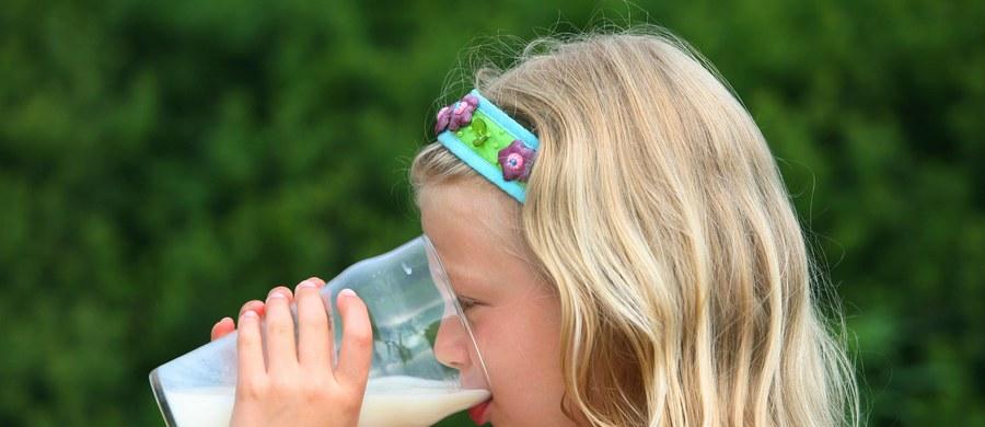"""Po okresie niechęci i złej prasy, od kilku lat pełnotłuste produkty mleczne wracają do łask, coraz więcej pisze się o tym, że są dla naszego zdrowia bardziej korzystne, niż te odtłuszczone. Teraz ich miłośnicy będą mieli jeszcze więcej argumentów, najnowsze wyniki kolejnych badań naukowych pokazują bowiem, że nabiał z pełną zawartością tłuszczu nie tylko nam nie szkodzi, ale w pewnych wypadkach może pomagać. Naukowcy z UTHealth (The University of Texas Health Science Center at Houston) piszą o tym na łamach czasopisma """"American Journal of Clinical Nutrition""""."""