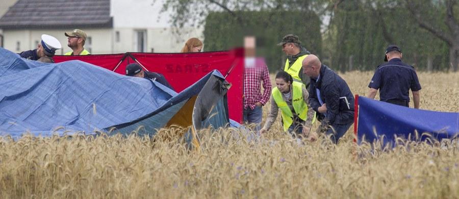 Śmigłowcem, który wczoraj rozbił się w Domecku pod Opolem, leciał 57-letni Marek P. z dwoma synami - poinformował Stanisław Bar z Prokuratury Okręgowej w Opolu. Na miejscu zginęli ojciec i 31-letni syn. Lekarze walczą o życie 21-latka.