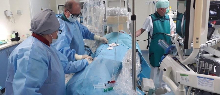 Pionierska operacja w Instytucie Centrum Zdrowia Matki Polki w Łodzi: 33-letniej pacjentce – która miała 4-centymetrową dziurę w sercu – wszczepiono wielką zapinkę bez otwierania klatki piersiowej. Urządzenie wprowadzono przez naczynie krwionośne, a w sercu rozłożono, jak parasol.
