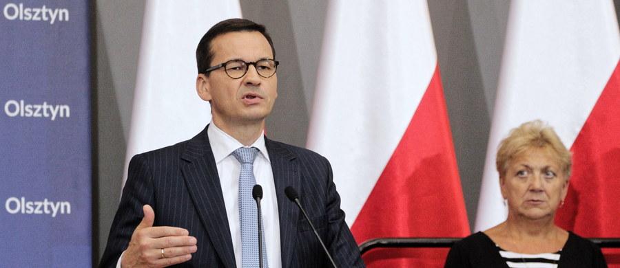 """""""To jest niebywałe, że przez 25 lat wolnej Polski, od 1989 r. tak wiele uczyniono, żeby wcisnąć w nasze sumienia obce grzechy, żeby nam przypisać odpowiedzialność za największe zbrodnie w historii ludzkości"""" - powiedział w Olsztynie premier Mateusz Morawiecki. Według szefa rządu deklaracja podpisana przez niego oraz premiera Izraela Benjamina Netanjahu określana jest w Izraelu jako """"wielkie zwycięstwo Polski""""."""