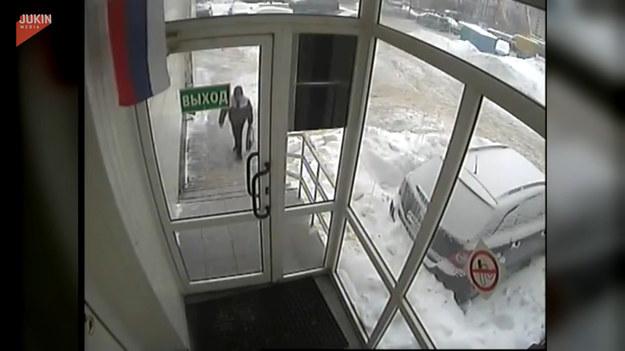 Poirytowany kurier nie chcąc przyjeżdżać w to samo miejsce ponownie, wybił szybę i wrzucił do środka przesyłki. Takie rzeczy tylko w Rosji.