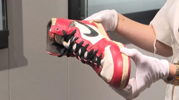 """Słynny dom aukcyjny Christie's zamierza zlicytować jedenaście par butów, należących do legendarnego koszykarza Michaela Jordana. Najbardziej pożądana, a zarazem najdroższa para jest wyceniana na ponad 600 tysięcy dolarów. """"To najprawdopodobniej największy hit, jaki do tej pory pojawił się na światowych aukcjach"""" mówi Caitlin Donovan, szefowa działu torebek i butów sportowych."""