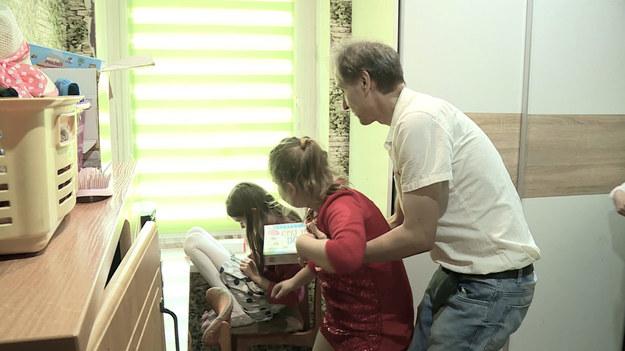 """W środę poznamy historię Pani Anny. Kobieta jest po dwóch udarach, wraz z panem Jackiem wychowują swoje dwie córeczki – Wiwianę i Nikolę. Wiwiana cierpi z powodu ciężkiego autyzmu, Nikola również uczy się w szkole specjalnej. Cały ciężar opieki na dziewczynkami i pomocy pani Annie w codziennych czynnościach spoczywa na panu Jacku. W czwartek ekipa programu """"Nasz Nowy Dom"""" odwiedzi Wieliszew, wieś w województwie mazowieckim. Mieszka tam pani Aneta, która sama wychowuje trzynastoletniego Marcina. Ojciec chłopca nie interesuje się nim, choć mieszka niedaleko i często spotykają się na ulicy."""