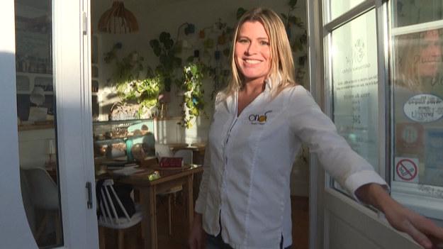 """""""To ogromna niespodzianka! Chcę udowodnić, że można robić zupełnie inną kuchnię, która również ma swój smak i swój sens"""" - mówi Claire Valée, szefowa kuchni w pierwszej wegańskiej restauracji nagrodzonej gwiazdką Michelin we Francji. Prestiżowe wyróżnienie potwierdza, że decyzja o otworzeniu lokalu w małej miejscowości Arès była trafiona."""