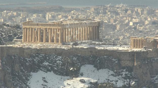 Śnieg pokrył ruiny Akropolu w centrum Aten. Zimowy front Medea przemieszcza się właśnie nad Grecją.