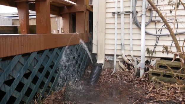 Oddala się z Teksasu fala mrozów. Mieszkańcy muszą jednak stawić czoła nowemu problemowi - niskie temperatury zamroziły rury w ich domach. Gdy temperatura zaczęła się podnosić okazało się, że rury są popękane i ze ścian wylewa się woda.