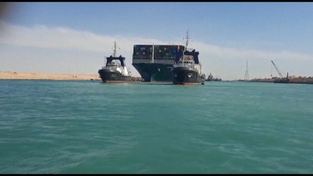 Najkrótsza droga wodna z Azji do Europy została udrożniona - informuje Reuters, powołując się na szefa egipskiego urzędu zajmującego się administracją Kanału Sueskiego.