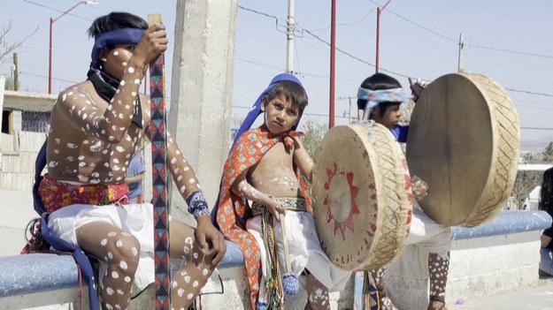 Członkowie rdzennej społeczności, żyjącejna granicy meksykańskiej z USA, wykonują w Wielki Piątek własną wersję Pasji. Uroczystość łączy w sobie elementy tradycyjnego plemienia i wiary katolickiej. Podczas niej dzieci grają na bębnach, a mężczyźni i kobiety pojawiają się w tradycyjnych strojach.