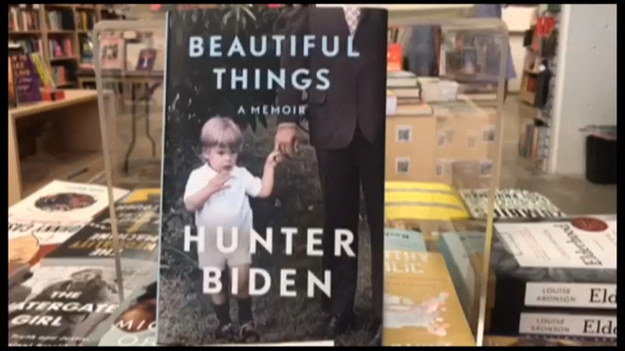 """Wspomnienia Huntera Bidena opublikowano w księgarniach w USA. Noszą one tytuł """"Piękne rzeczy"""". W wywiadzie dla BBC, z okazji publikacji, Hunter Biden po raz pierwszy przyznał, że jego rekrutacja do zarządu dużej ukraińskiej firmy energetycznej w 2014 roku, mogła być spowodowana tym, że ojciec był pracownikiem administracji Baracka Obamy."""