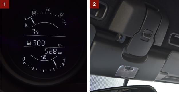 [1] Lewy wskaźnik wśród zegarów to niewielki ekran. Pokazuje m.in. ilość paliwa i zasięg. [2] Aby otworzyć dach, wystarczy tylko odryglować tę dźwignię i pchnąć go do tyłu. /Motor