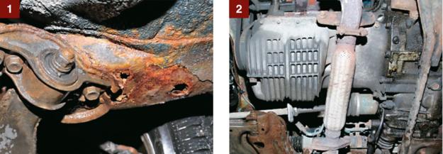 [1] Rdza: na zdjęciu najbardziej przegniłe miejsce przy mocowaniu wahacza. Podłoga bez dziur. [2] Silnik zadziwiająco suchy - od spodu widać, że poci się tylko skrzynia biegów. /Motor