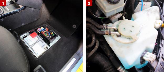 [1] Skrzynkę bezpieczników i akumulator ukryto pod podłogą. [2] Zbiorniczek spryskiwaczy jest podgrzewany cieczą chłodzącą. /Motor