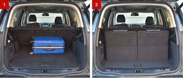 [1] W ustawieniu pięcioosobowym bagażnik ma pojemność aż 700 l. Na dodatek jego kształt jest bardzo foremny. [2] Z siedmioma osobami na pokładzie minivan Forda pomieści 300 l bagażu. /Motor