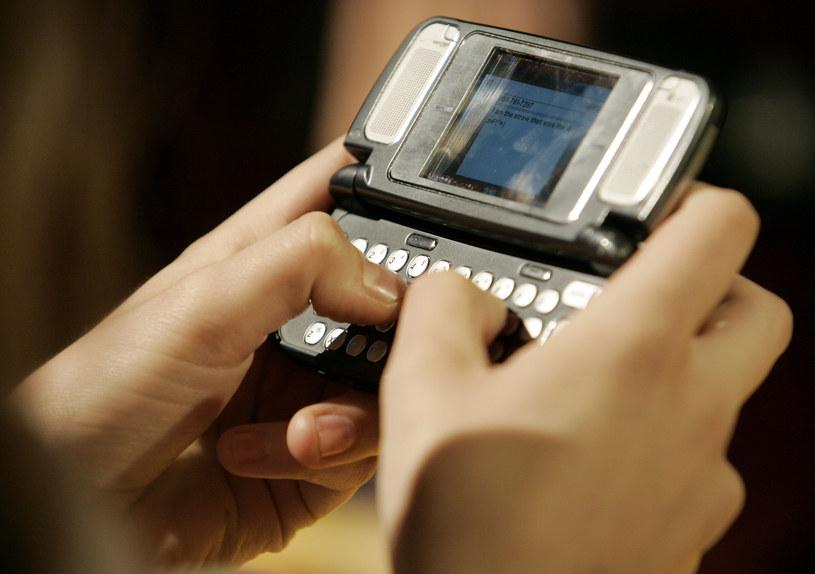 10 lat temu na rynku nie brakowało telefonów z dużymi klawiaturami - wszystko po to, aby szybciej pisać m.in. SMS-y /AFP