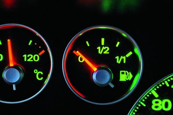 10. Notoryczne jeżdżenie z małą ilością paliwa - ciągłe jeżdżenie na rezerwie może być niekorzystne zarówno dla silnika, jak i pompy paliwowej. Na zakrętach może dochodzić do odsłonienia smoka pompy paliwa i spadku ciśnienia paliwa. To w efekcie może doprowadzić do niekorzystnego zubożenia mieszanki, podnoszącego temperaturę spalania. Przy niskim stanie paliwa zwiększa się też ryzyko zatarcia pompy paliwowej w wyniku dostawania się do niej powietrza i zanieczyszczeń z dna baku. Ponadto, przy dużych skokach temperatur, w pustym baku dochodzi do wykroplenia wody z powietrza i jej osadzania w baku. Unikamy tego regularnie tankując samochód do pełna.