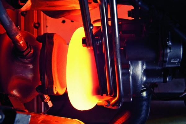 """9.Wyłączanie turbodoładowanego silnika bez odczekiwania na schłodzenie się turbosprężarki - turbosprężarka jest zarówno smarowana, jak i chłodzona olejem silnikowym (niektóre urządzenia dodatkowo mają chłodzenie wodne). Jeżeli """"turbo"""" jest silnie rozgrzane i nagle zatrzymamy silnik, to obieg oleju zatrzymuje się i olej pozostający w ułożyskowaniu turbosprężarki może się spalić, zamieniając się w koksowy osad. Każde takie kolejne zatrzymanie rozgrzanego silnika powoduje zarastanie wnętrza turbosprężarki szlamem i w efekcie doprowadza do awarii. Pamiętajmy o tym, aby silnik z turbodoładowaniem wyłączać tylko wtedy, gdy temperatura oleju nie jest wysoka. Ponieważ zwykle nie mamy w samochodzie wskaźnika temperatury oleju – stosujmy taką zasadę, iż po jeździe szosowej (stała prędkość rzędu 100 km/h) schładzamy silnik na wolnych obrotach przynajmniej pół minuty, a po jeździe autostradowej nawet minutę. Przy niezbyt dynamicznej jeździe miejskiej nie ma konieczności schładzania turbosprężarki. Problem ten dotyczy zarówno turbodoładowanych silników benzynowych, jak i turbodiesli, choć w tych pierwszych temperatura spalin jest wyższa."""