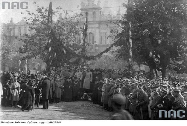 10 października 1919 r. Święto Zjednoczenia Armii Polskiej - uroczystości w Krakowie. Pośrodku, obok siebie, Naczelnik Józef Piłsudski i gen. Józef Haller /Z archiwum Narodowego Archiwum Cyfrowego