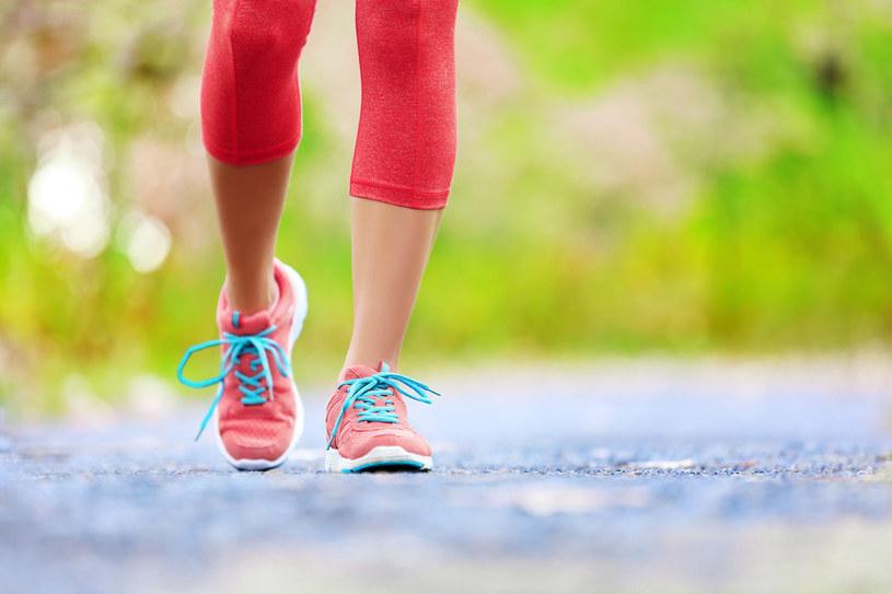 10 tys. kroków równa się odległości ok. 6 km. Osoba ważąca 70 kg przechodząc dziennie taki dystans w tempie 6 km/h spali ok. 300 kalorii. /©123RF/PICSEL