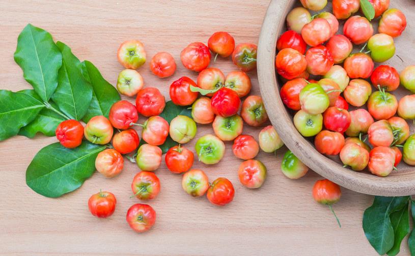 100 g owocu drzewa tropikalnego aceroli zawiera od 1400 do 2500 mg witaminy C /©123RF/PICSEL