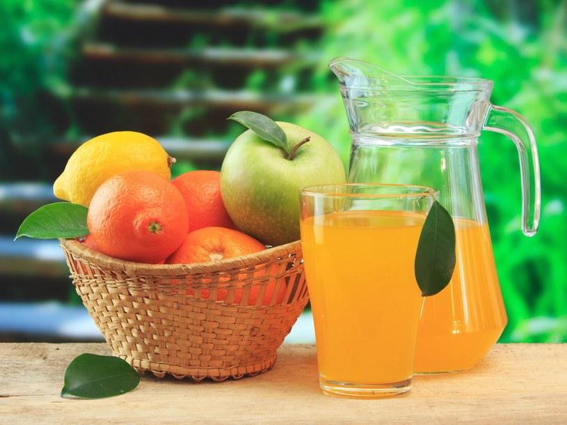 100% sok może być równoważnym zamiennikiem dla jednej z pięciu porcji warzyw i owoców /123RF/PICSEL