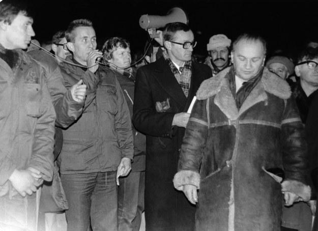11 listopada 1979 r. Podczas nielegalnej uroczystości przed Grobem Nieznanego Żołnierza w Warszawie przemawia Andrzej Czuma (skazany za to na 3 miesiące więzienia). Wojciech Ziembiński (po prawej, w kożuchu) trafił do więzienia na pół roku. /FoKa /Agencja FORUM