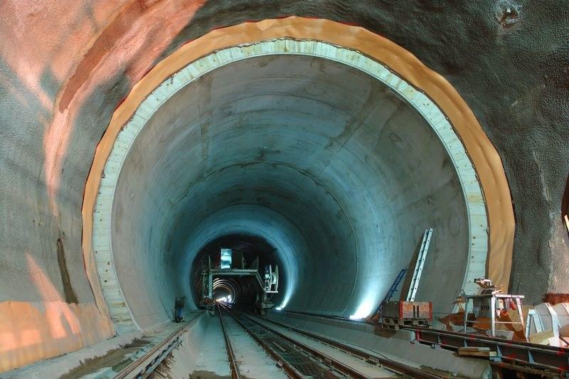 11 miliardów euro - tyle w rzeczywistości kosztowała budowa tunelu /AFP