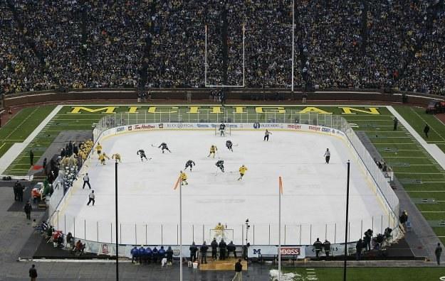 113 411 kibiców oglądało w Ann Arbor (stan Michigan) mecz hokeja na lodzie. /AFP