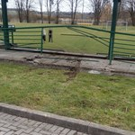 12-latek za kierownicą BMW staranował ogrodzenie boiska i wjechał na murawę