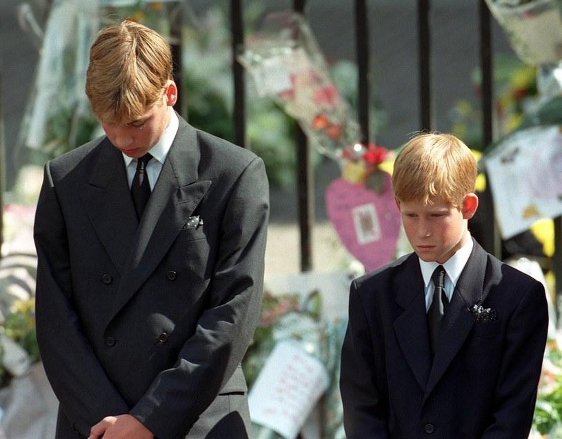 12-letni Harry długo nie mógł wybaczyć, że został zmuszony do odprowadzenia trumny do grobu /East News
