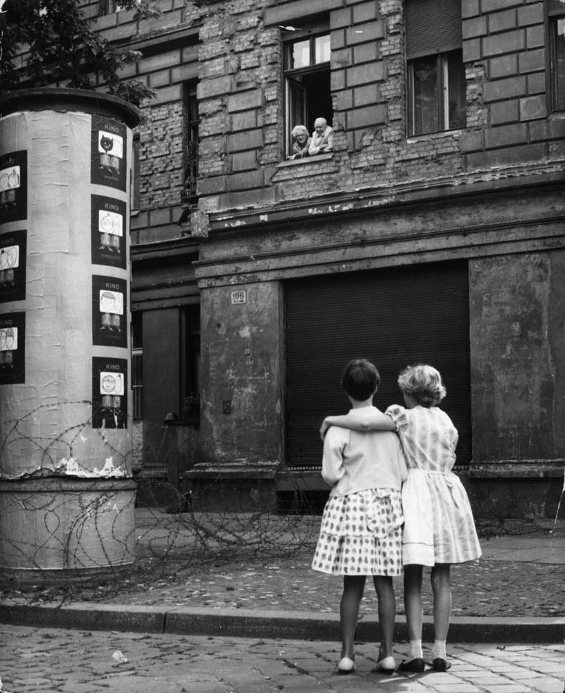 14 sierpnia 1961 r. Dziewczynki z Berlina Zachodniego rozmawiają z dziadkami po wschodniej stronie przez zasieki z drutu kolczastego /Getty Images/Flash Press Media