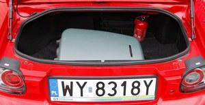 150-litrowy bagażnik ma nieregularny kształt i wysoko zawieszony próg, ale na weekendowy wypad wystarczy. Pod podłogą zmieściło się koło dojazdowe. /Motor