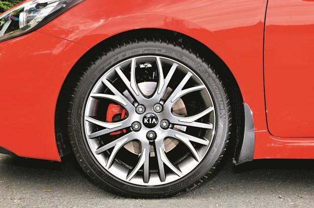 18-calowe obręcze aluminiowe oraz czerwone zaciski hamulcowe to wyposażenie seryjne. /Mat. Prasowe