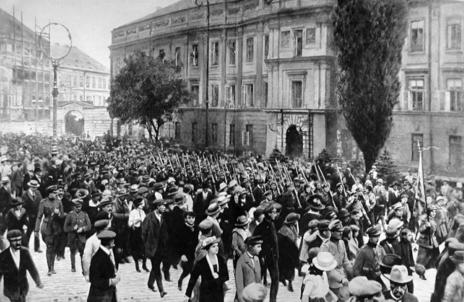 1920 - Warszawiacy ruszają na front /PAP/Photoshot /PAP