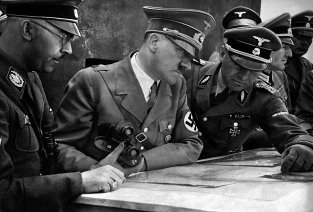 1939: Adolf Hitler nad mapą z Heinrichem Himmlerem i Martinem Bormannem /AFP